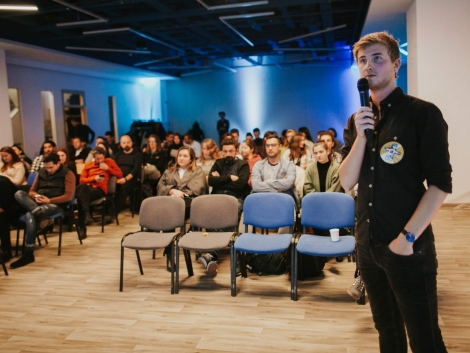 Speaker staying in front of an audience, during a meetup in Cluj