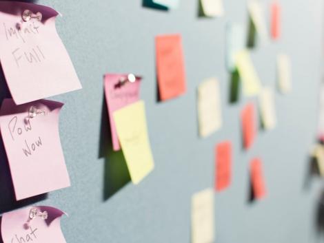 Post its symbolizing Design Thinking process